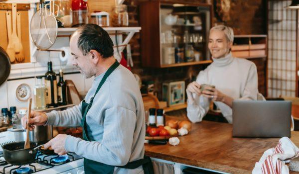 Cozinhar na pandemia impacta compras digitais nos mercados e no conteúdo de culinária